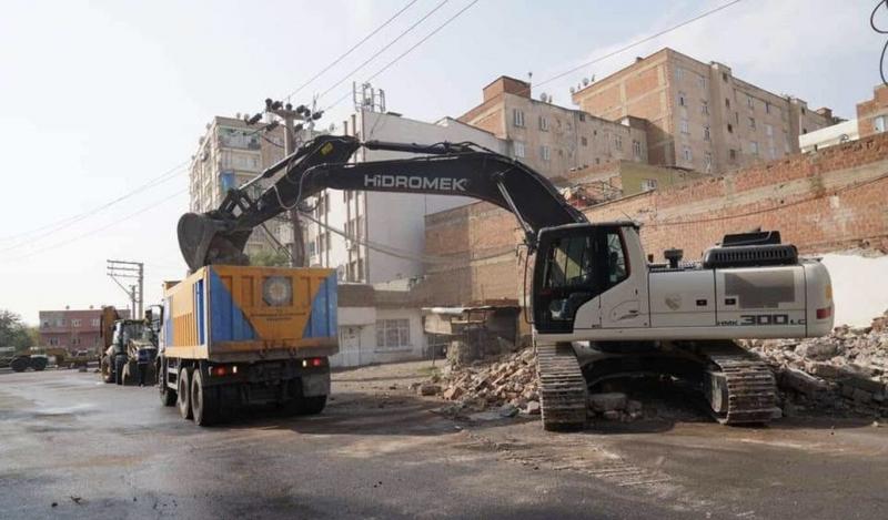 Bağlar'da kamulaştırma kararı alınan yapıların yıkımı başladı