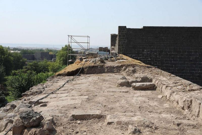 Diyarbakır Urfakapı'daki restorasyon çalışmalarında mancınık kaidesi bulundu