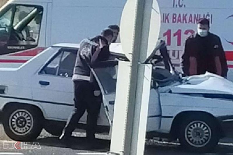 Diyarbakır'da 2 otomobil kafa kafaya çarpıştı: 2 yaralı