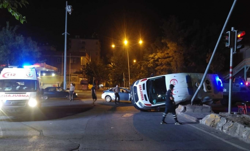 Diyarbakır'da ambulans devrildi