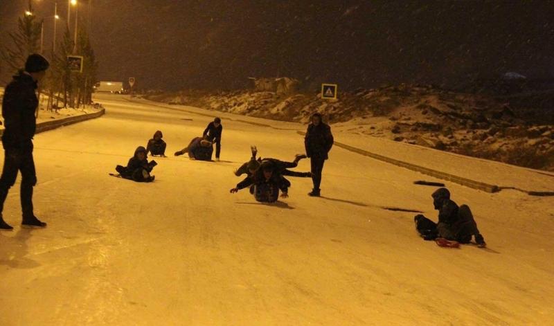 Diyarbakır'da çocuklar 4 yıl sonra yağan karın tadını çıkardı