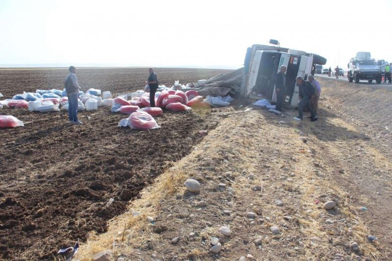 Diyarbakır'da kamyon devrildi: Bir yaralı