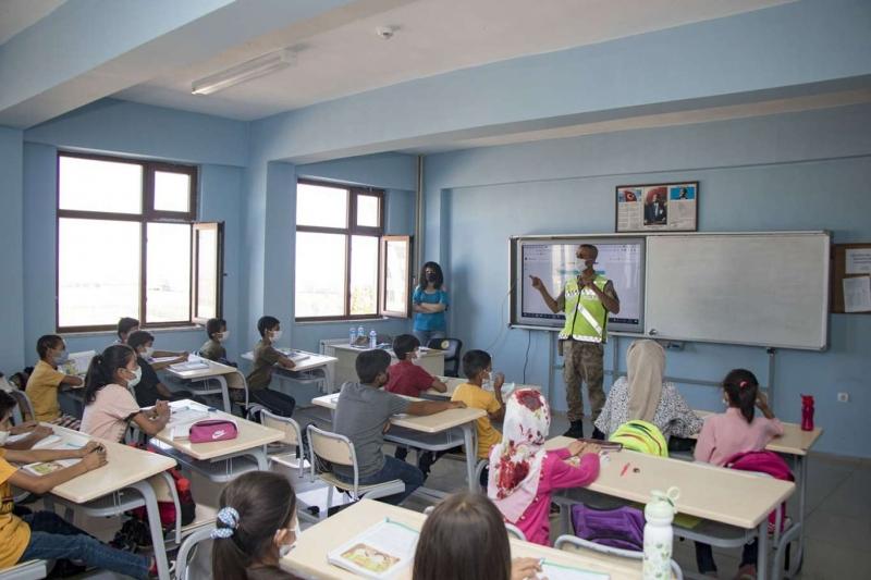 Diyarbakır'da okul çevreleri ile servis araçları denetlendi