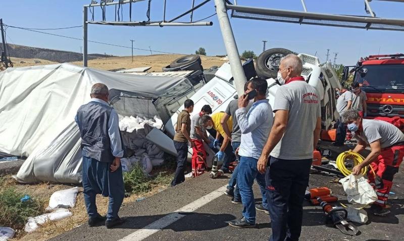 Diyarbakır'da tuz yüklü TIR devrildi, karayolunda trafik tıkandı
