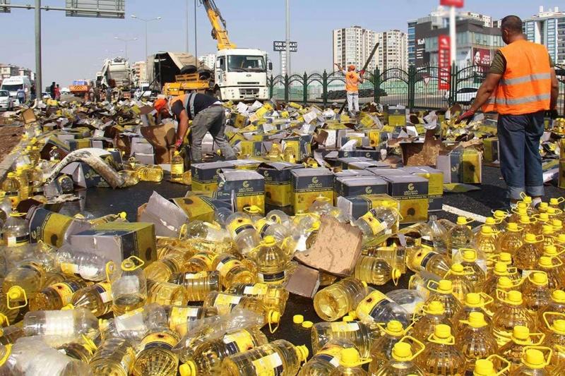 Diyarbakır'da yağ yüklü tır devrildi: Tonlarca litre yağ yola döküldü