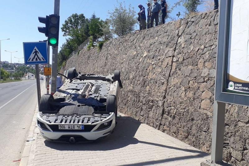El freni çekilmeyen otomobil istinat duvarından aşağıya düştü