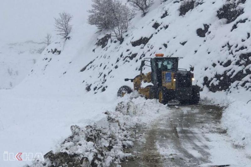 Yoğun kar yağışı sonrası Diyarbakır'da yol açma çalışmaları başlatıldı